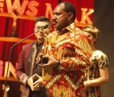 Willem Wandik Dinobatkan Sebagai Tokoh Pembangunan Infratruktur Daerah Tersisolir (Dalam Ajang INews Maker Award 2017)