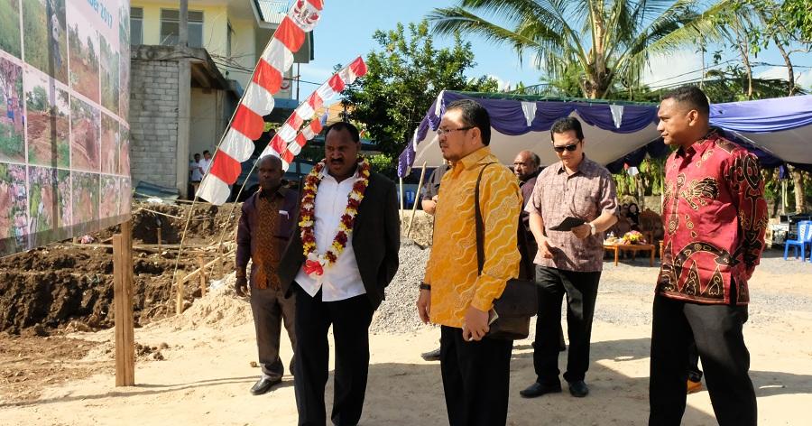 Bupati Puncak Melakukan Peletakan Batu Pertama Pembangunan Asrama di Manado